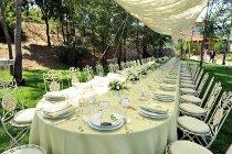 Allestimento del tavolo di nozze con sedie in ferro battuto curato da ELE light