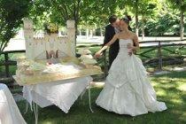 Sposi durante il taglio della torta nuziale