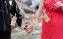 Filo con le cartoline da spedire agli sposi