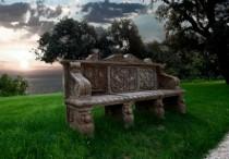 Panchina nel bosco della Grotta degli Amanti a Villa Lattanzi