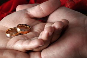 Gli sposi con le fedi in mano