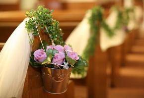 Addobbi floreali per i banchi della chiesa
