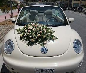 Allestimento floreale per la macchina degli sposi