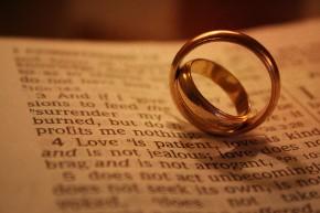 Galateo del matrimonio: le fedi nuziali spettano allo sposo
