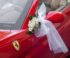 Arriva al tuo matrimonio con una Ferrari rosso fiammante