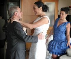 Foto della sposa con il padre in stile reportage