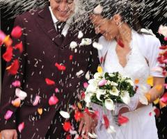 Fotografia del lancio del riso e dei petali agli sposi