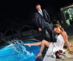 Fotografia degli sposi a bordo piscina