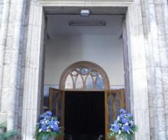 Fiori blu per l'entrata in chiesa