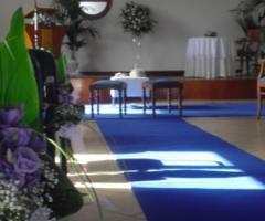 Guida blu e fiori lilla per la cerimonia di nozze