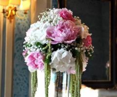 Addobbo floreale di peonie bianche e rosa per il matrimonio