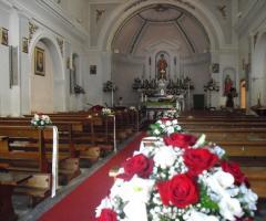 Addobbo floreale in rossso per la chiesa