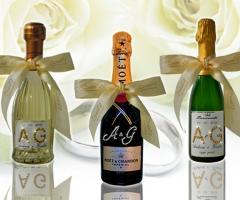 Bottiglie bomboniere per il matrimonio personalizzate con le iniziali degli sposi