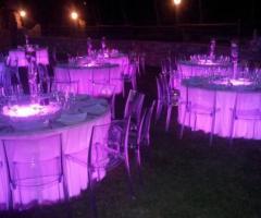 Tavoli illuminati per il ricevimento di sera