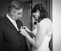 Foto della sposa che aiuta il padre a prepararsi