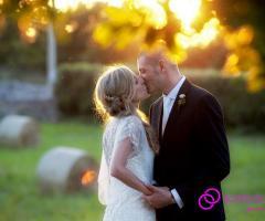 Foto del bacio degli sposi al tramonto