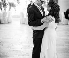 Foto degli sposi mentre ballano