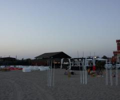 Allestimento della spiaggia per il matrimonio