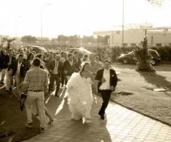 Foto degli sposi con gli invitati di nozze