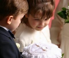 Foto della cerimonia di nozze: la damigella e il paggetto