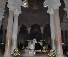 Foto sposi durante la celebrazione del matrimonio in chiesa