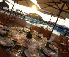 Ricevimento di nozze a bordo piscina