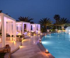 Ricevimento di nozze serale a bordo piscina