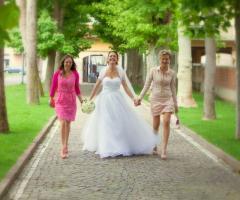 Arriva la sposa con le testimoni - Paola Montiglio Photography