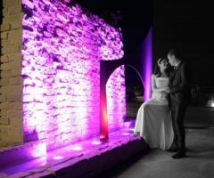 Fotografia degli sposi nella location di nozze