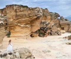 Fotografia della sposa tra le rocce sul mare