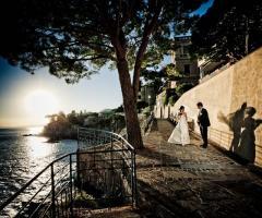 Foto degli sposi a passeggio lungo il lago