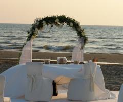 Il tavolo degli sposi in riva al mare