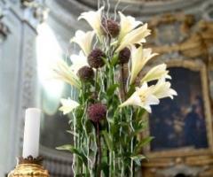 Addobbo floreale per l'altare della chiesa