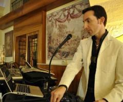 Vincenzo Sgaramella durante una performance