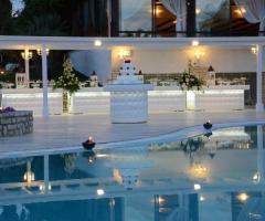 Ricevimento di matrimonio serale a bordo piscina