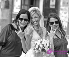 Foto scherzosa della sposa con le amiche