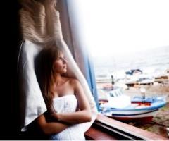 Foto della sposa pensierosa durante i preparativi