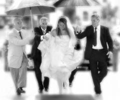 Foto della sposa sotto la pioggia
