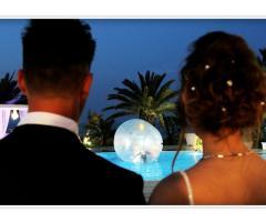 Gli sposi guardano lo spettacolo in piscina