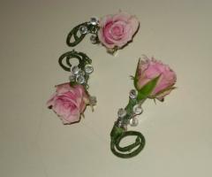 Fermagli di fiori e brillantini per la sposa