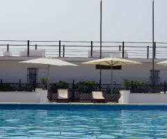 Relax con sdraio e ombrelloni al Castello Miramare