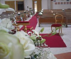 Guida rossa e rose bianche per la cerimonia in chiesa