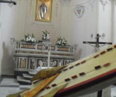Decorazione floreale per l'altare della chiesa