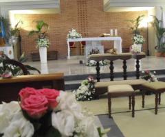 Addobbi con rose bianche e rosa per la cerimonia di matrimonio