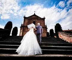 Foto della sposa verso l'altare con il padre