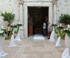 Decorazione floreale della chiesa per le nozze