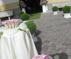 Coni porta riso rosa per gli sposi all'uscita dalla chiesa