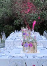 Centrotavola con orchidee lilla e illuminazione d'atmosfera