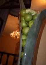 Allestimento con mele e foglie di agave realizzato dal Girafiore
