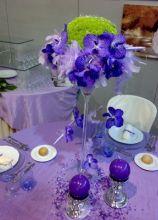 Centrotavola lilla e verde per il tavolo delle nozze